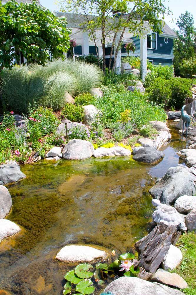 Lago artificial com lona e musgo na superfície para garantir o aspecto natural