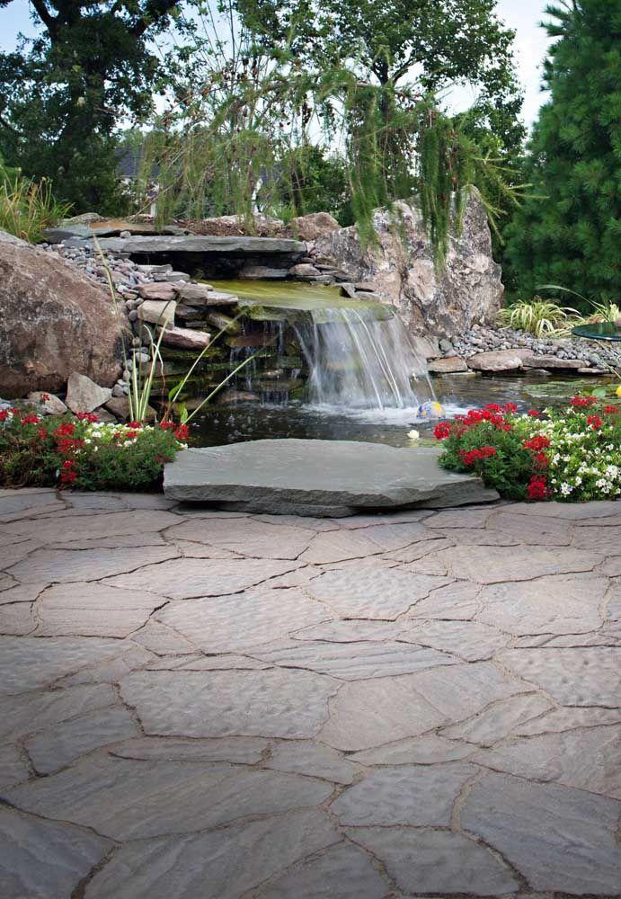 Pedras longas garantem a queda de água dos lagos artificiais