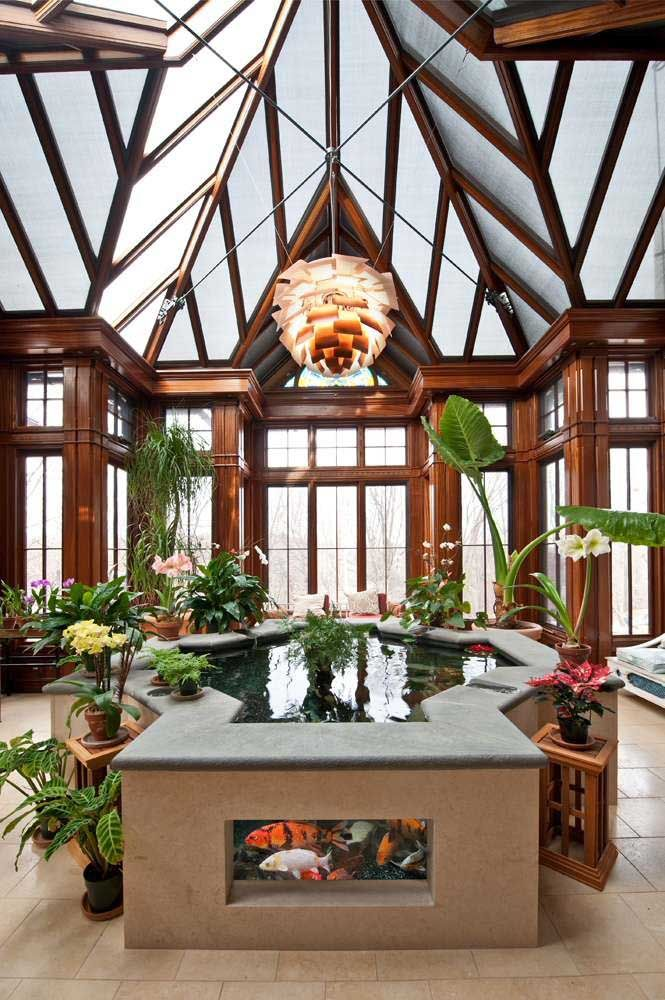 O lago artificial dentro de casa e construído de modo elevado ao piso ganhou paredes de vidro onde é possível observar as carpas mais de perto
