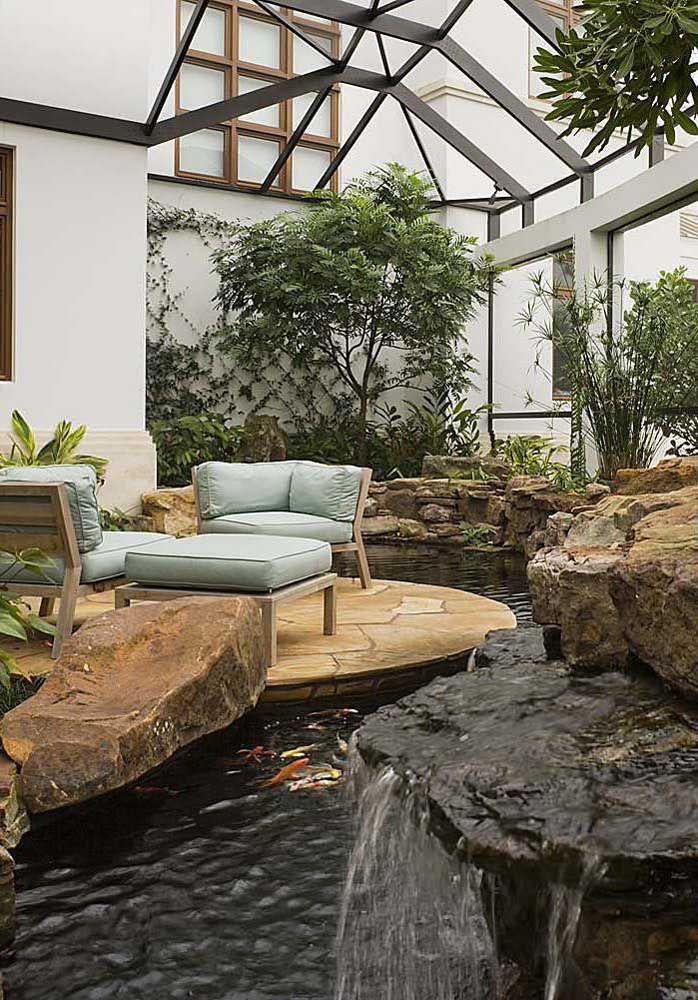 O jardim de inverno ganhou destaque com o lago artificial em pedras