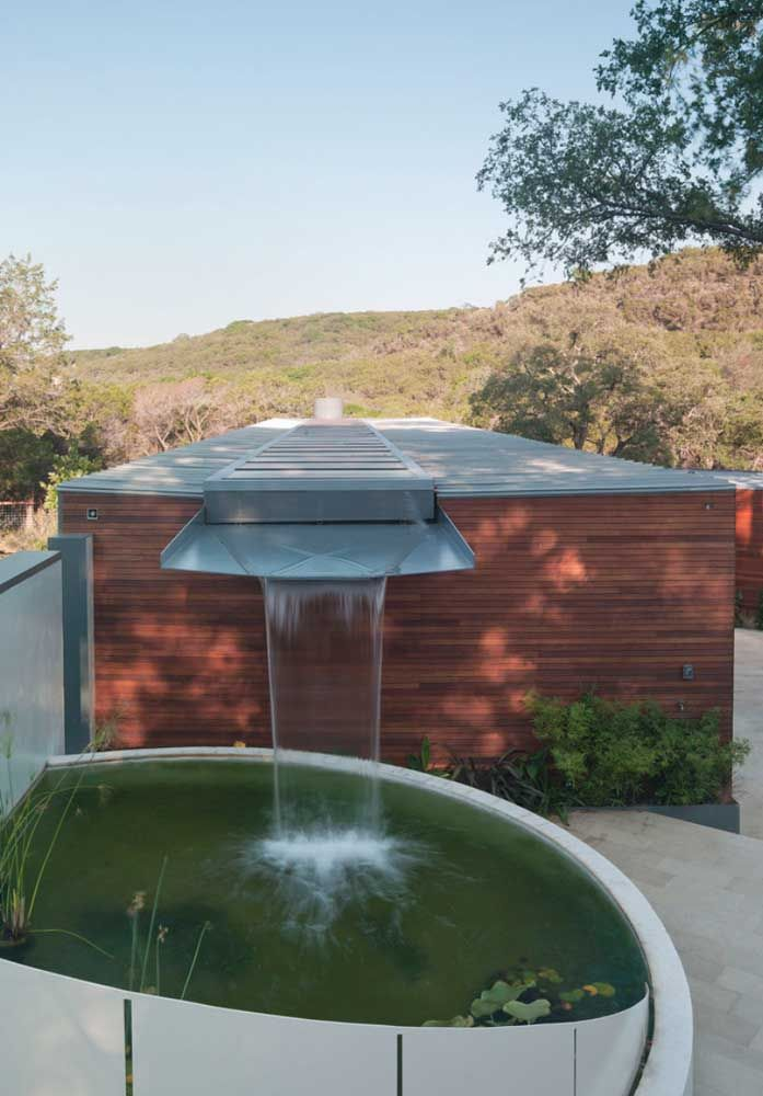 Ideia de lago artificial de alvenaria com queda d'água; projeto moderno e bem diferenciado