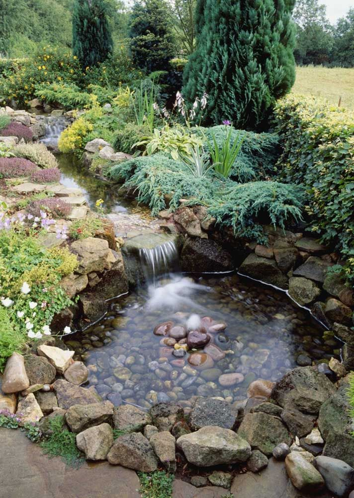 Lago artificial com lona; perceba que as pedras cobrem a superfície por inteiro e a lona fica invisível