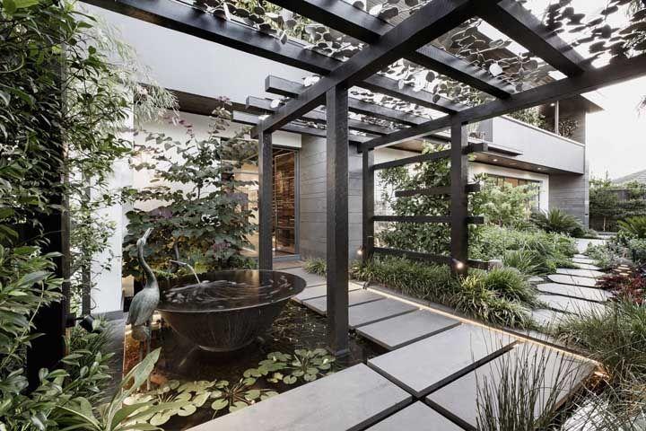 O telhado de vidro ganhou a companhia do lago artificial em cúpula para a entrada da casa
