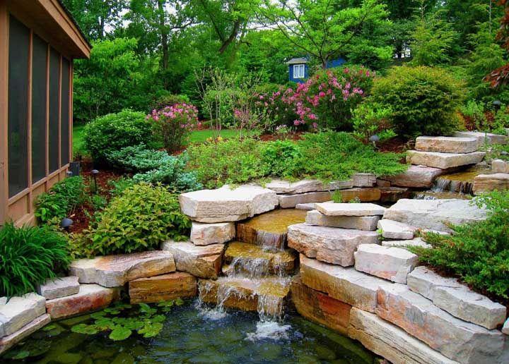 Pedras sobrepostas ajudam a esconder as bombas e a criar o efeito cascata para os lagos artificiais