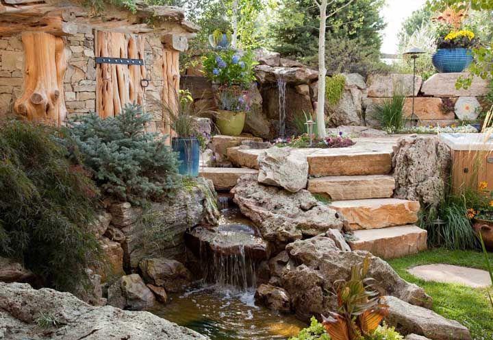 O pequeno lago artificial aqui funcionou como uma fonte para o belo jardim