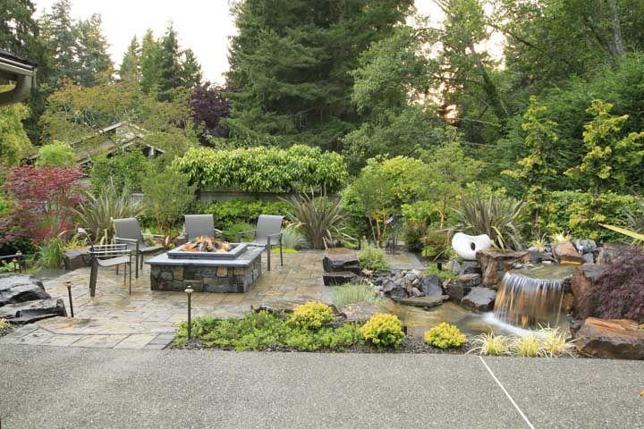 A pequena área para refeições ao ar livre contou com a beleza do lago artificial em pedras