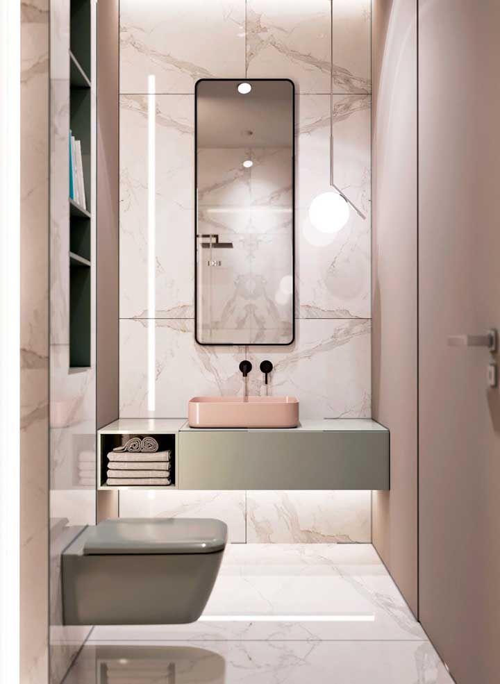 Vaso e gabinete suspensos: a composição deixa o banheiro moderno e clean; destaque para a iluminação de LED abaixo do armário