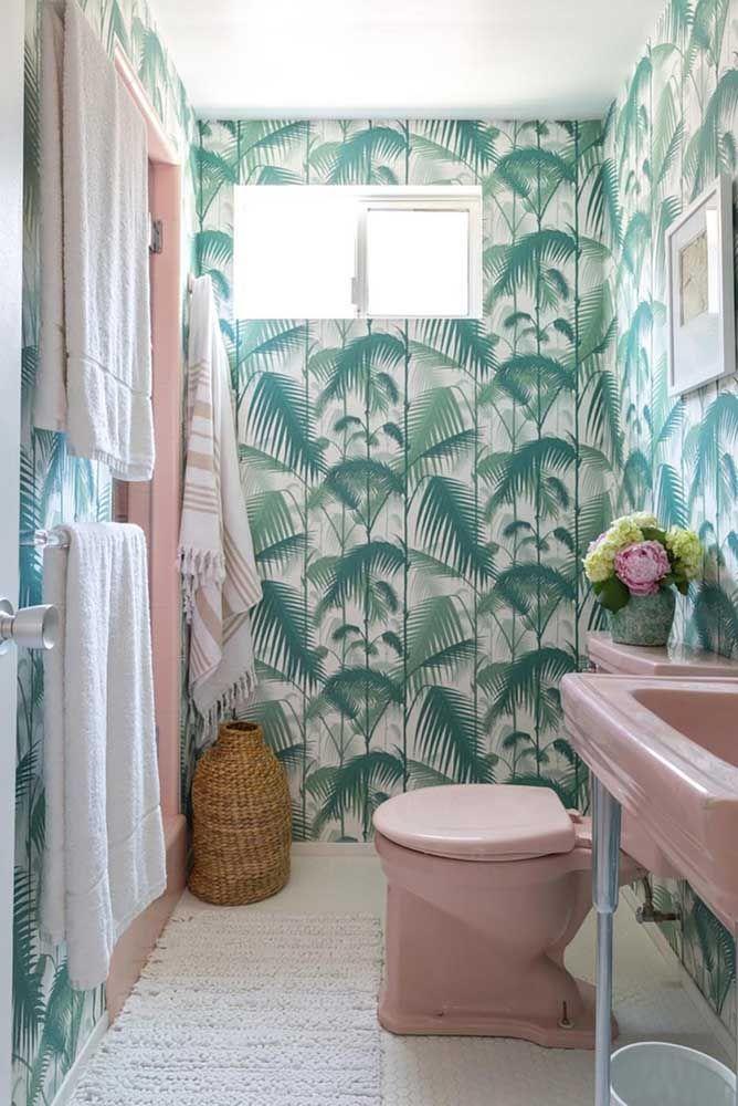O verde e o rosa formam uma parceria incrível no banheiro; uma oportunidade para usar louças coloridas