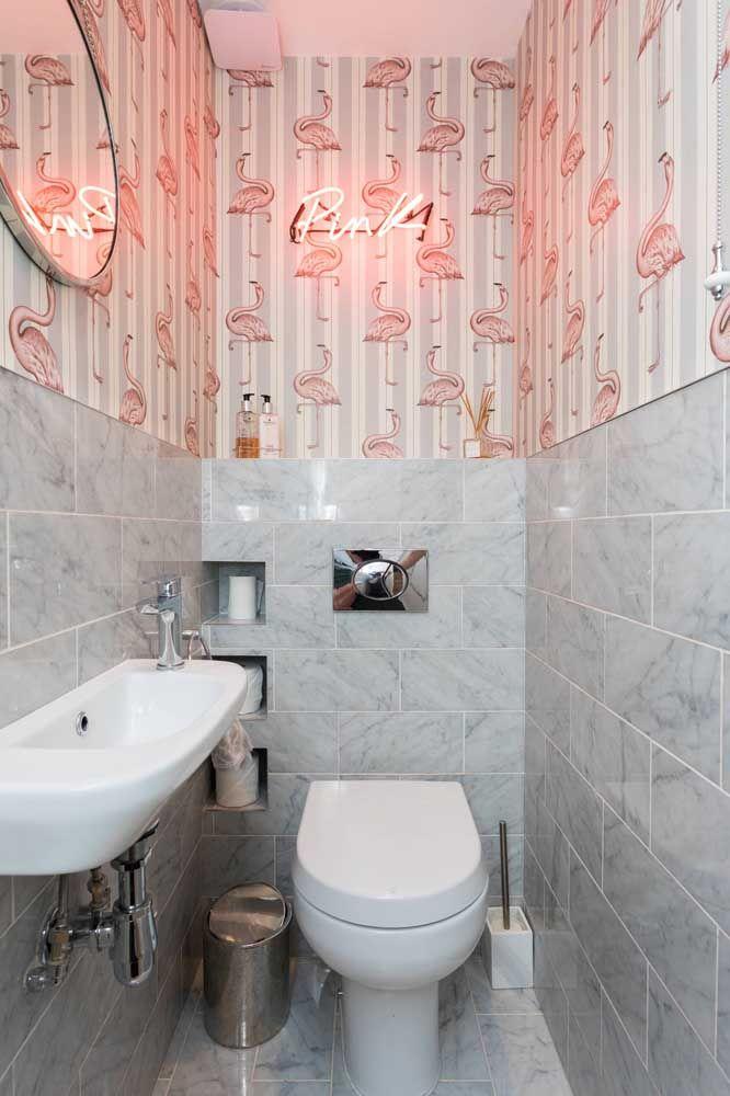Já esse lavabo pequeno e simples optou por um modelo de vaso sanitário branco, tradicional e com válvula de parede