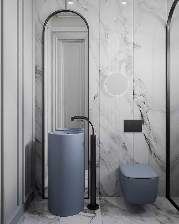 Banheiro moderno e minimalista não precisa ser sempre branco e preto, pode ter uma corzinha também; aqui, por exemplo, são as louças azuis que garantem o contraste