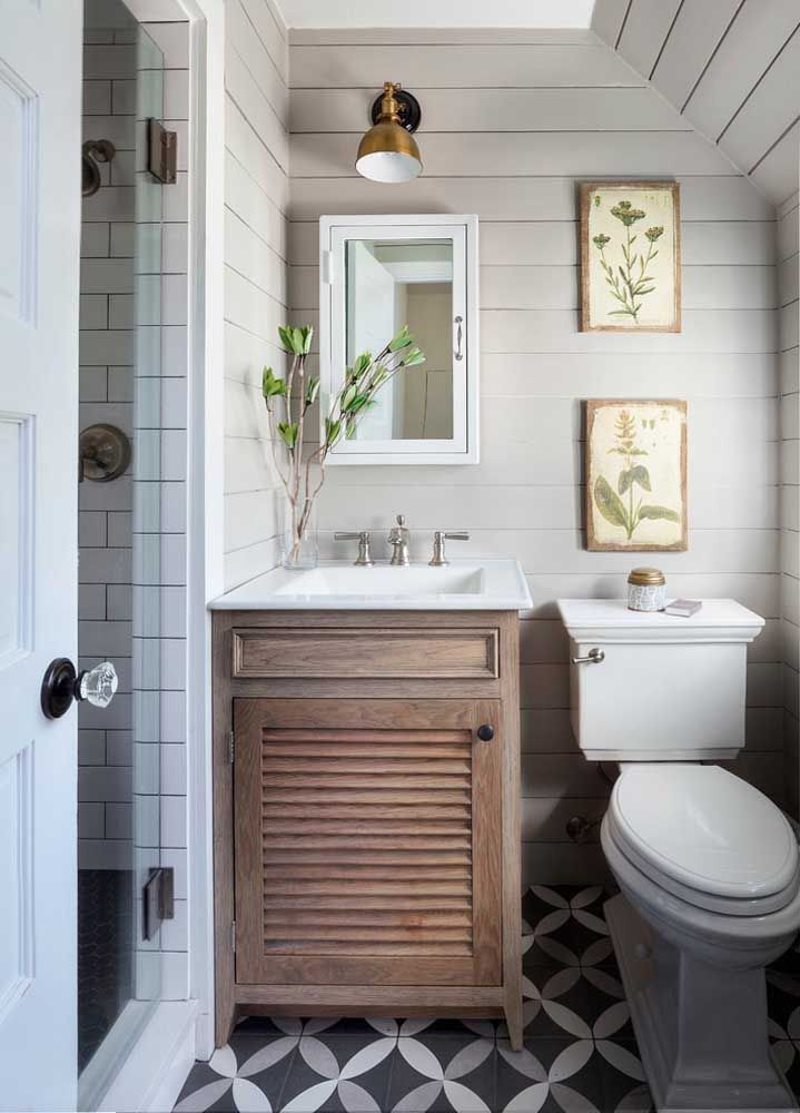 Modelo clássico de vaso sanitário com caixa acoplada para esse pequeno banheiro pra lá de charmoso