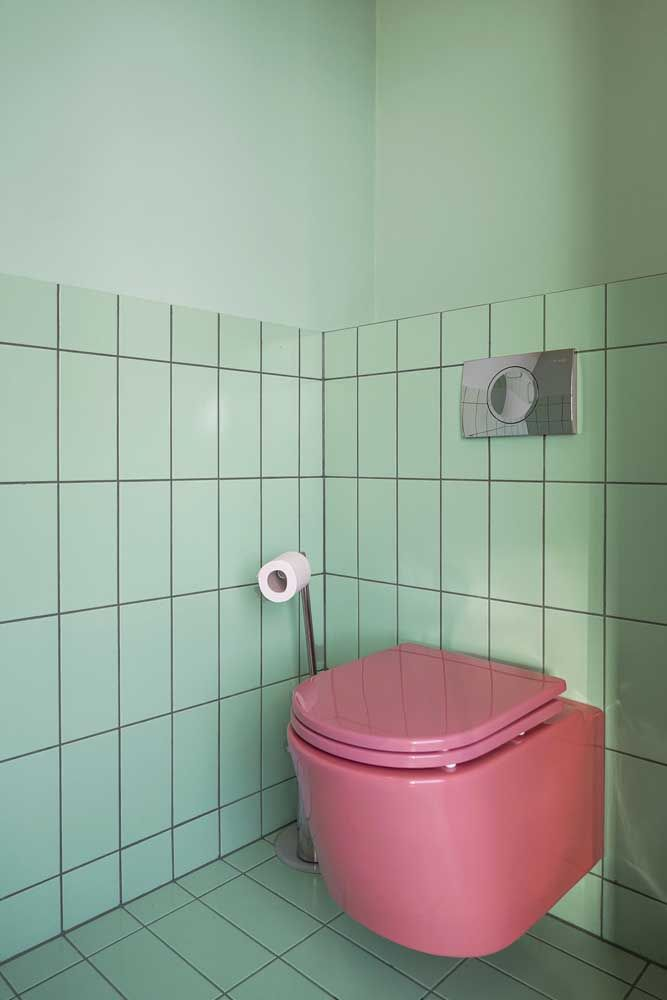 Os tons complementares formam uma combinação cheia de estilo para esse banheiro