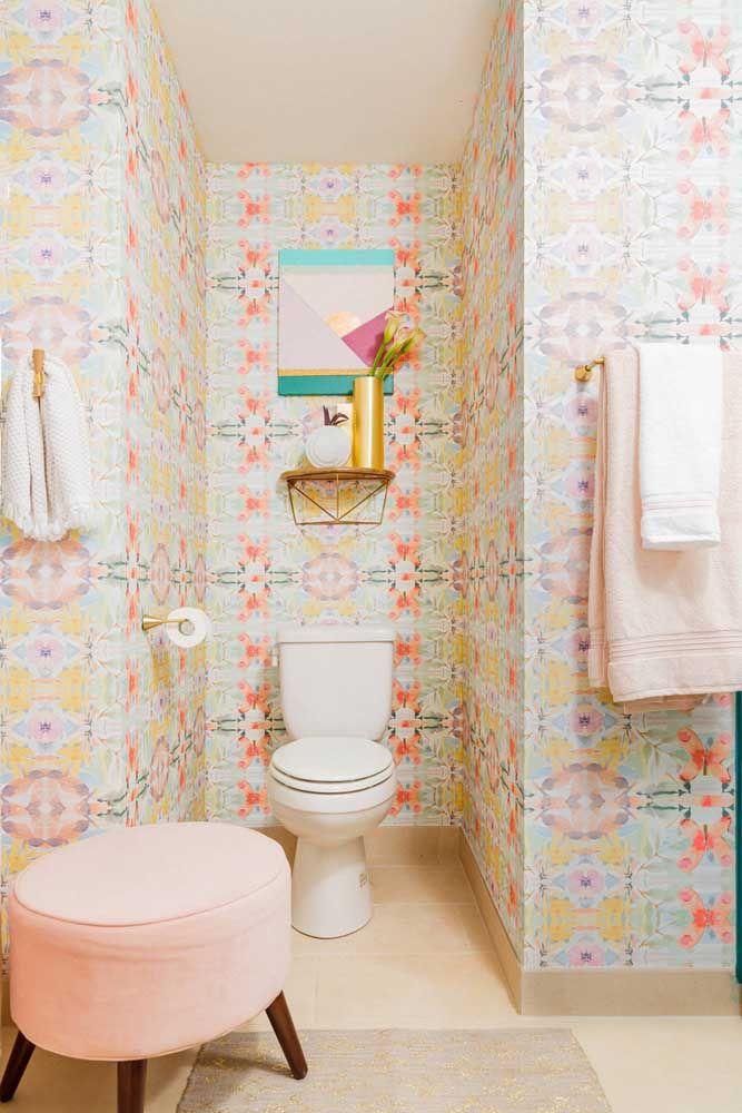 A simplicidade aqui mora no vaso sanitário branco com caixa acoplada