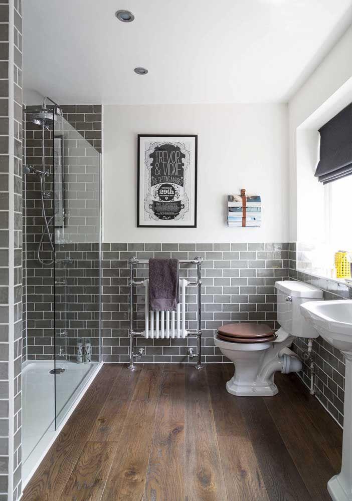 O destaque desse banheiro vai para o assento amadeirado combinando com a cor do piso