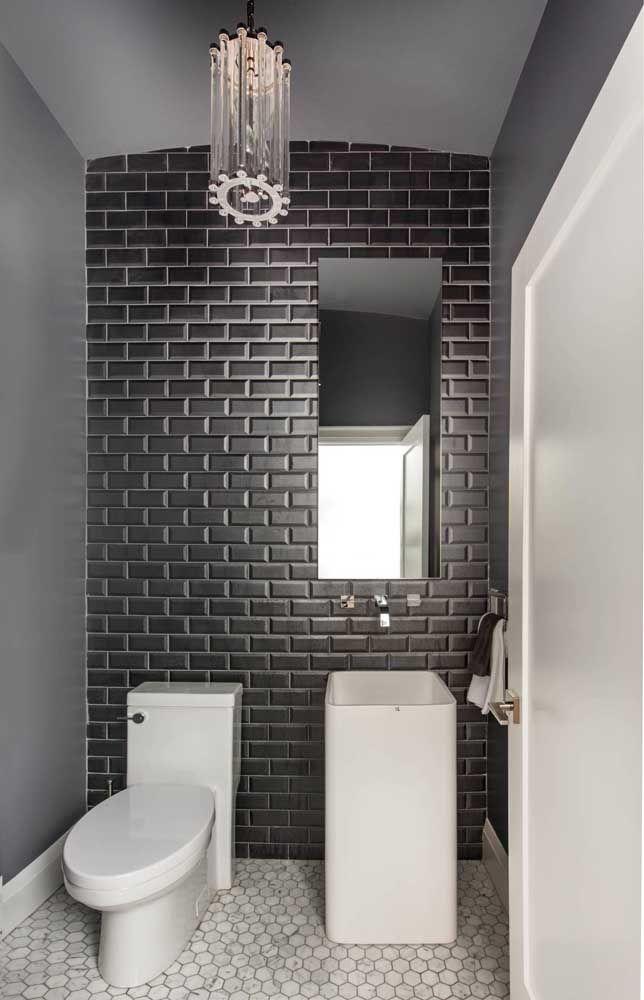 A dupla imbatível, preto e branco, foi usada nesse banheiro no piso, na parede e nas louças