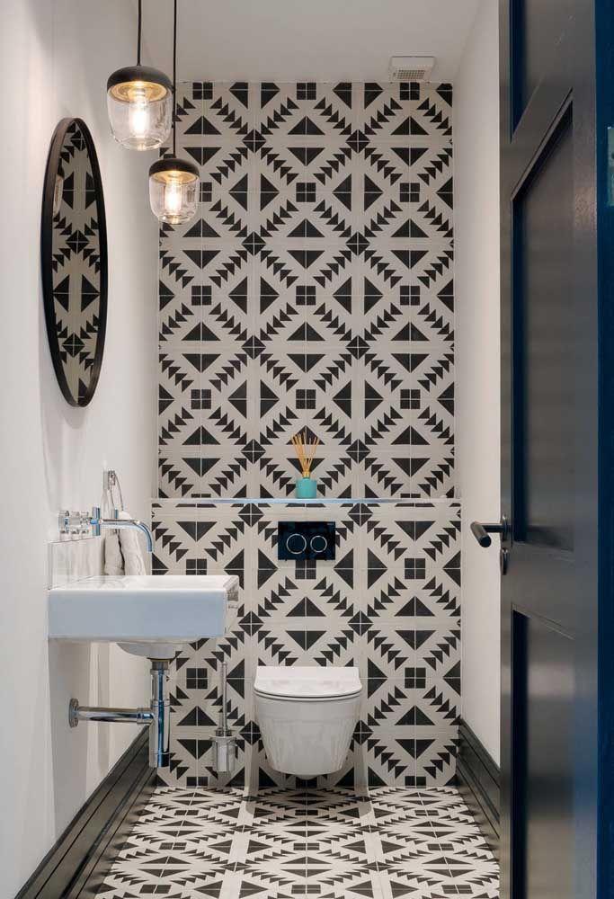 O vaso sanitário branco é ideal para neutralizar paredes estampadas