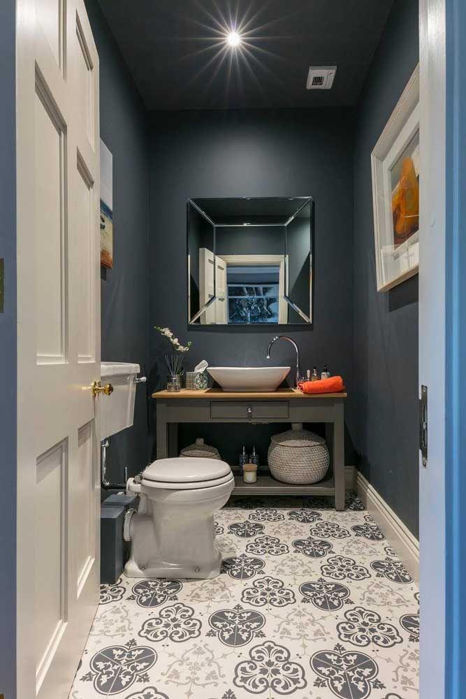 As louças brancas trazem suavidade para esse lavabo azul petróleo