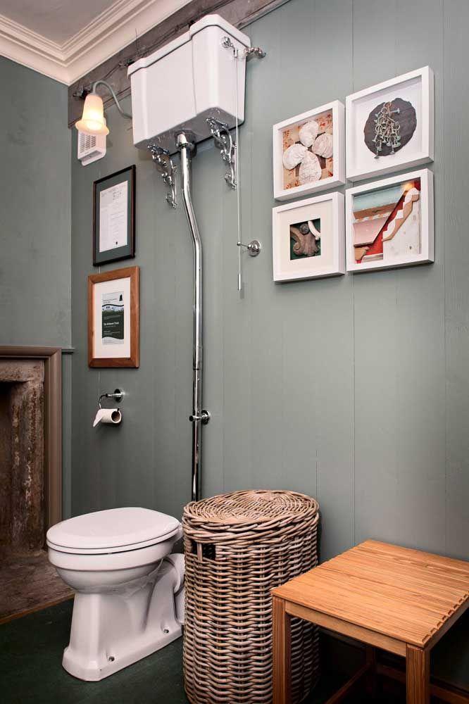 Quer um banheiro de estilo retrô? Então aposte nos modelos de vasos sanitários com caixa de descarga suspensa