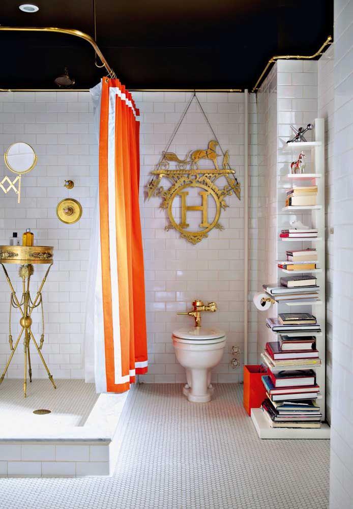 Já esse banheiro cheio de personalidade investiu em um vaso sanitário branco e criou um ponto de destaque ao usar uma válvula de descarga dourada