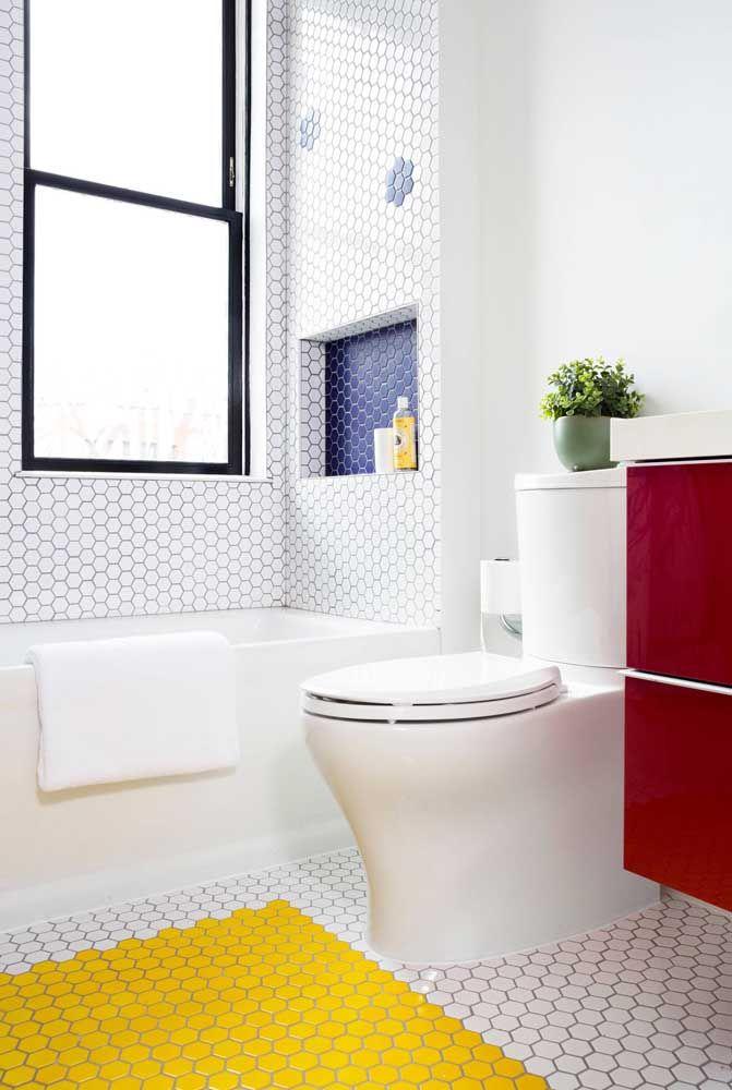 Aposte em um vaso sanitário branco se ficar na dúvida, além de combinar com tudo, ele ainda é mais barato que os coloridos