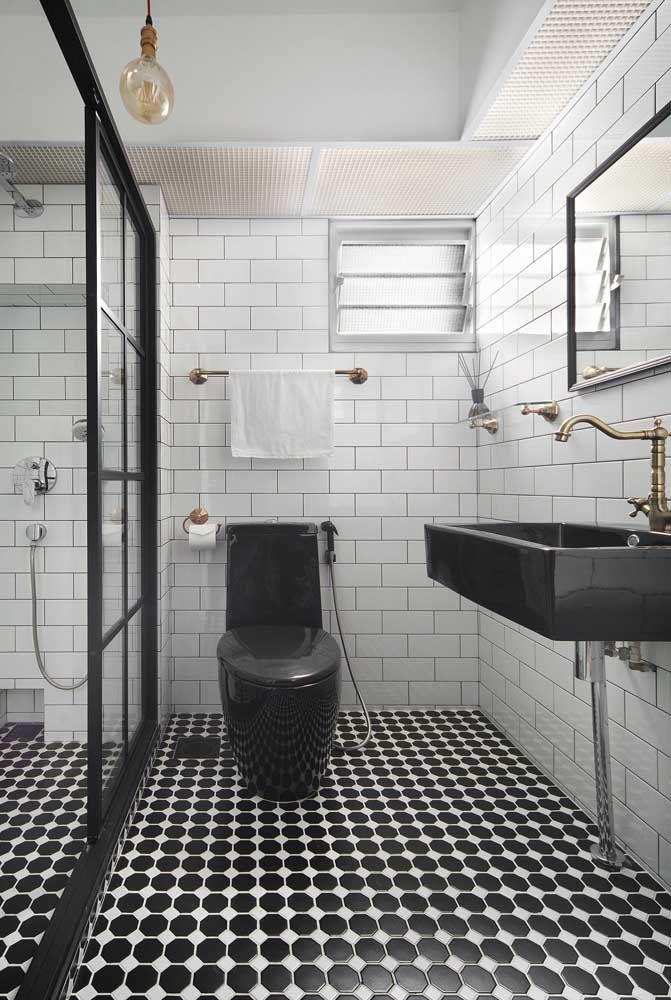 O vaso sanitário preto, assim como o branco, também é um coringa, especialmente em propostas modernas e ousadas de decoração