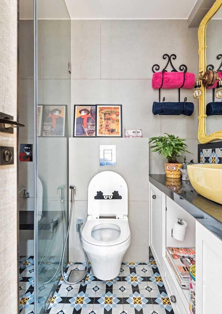 Que tal descontrair um pouco a decor do banheiro usando um assento como esse?