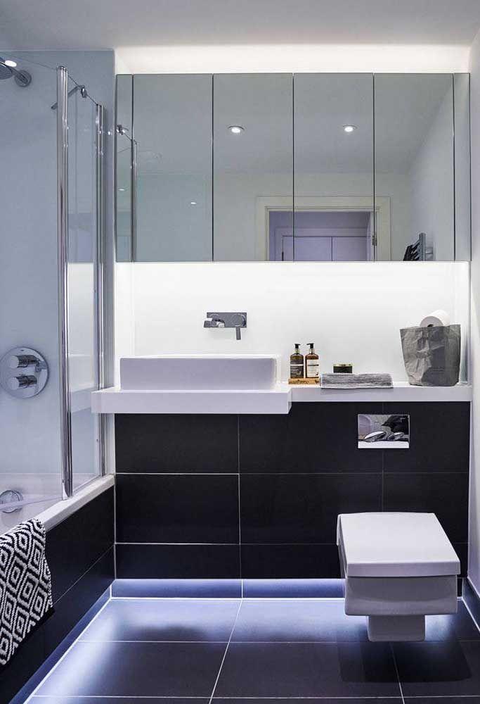 As luzes embutidas sob o vaso garantem um forte efeito visual no banheiro