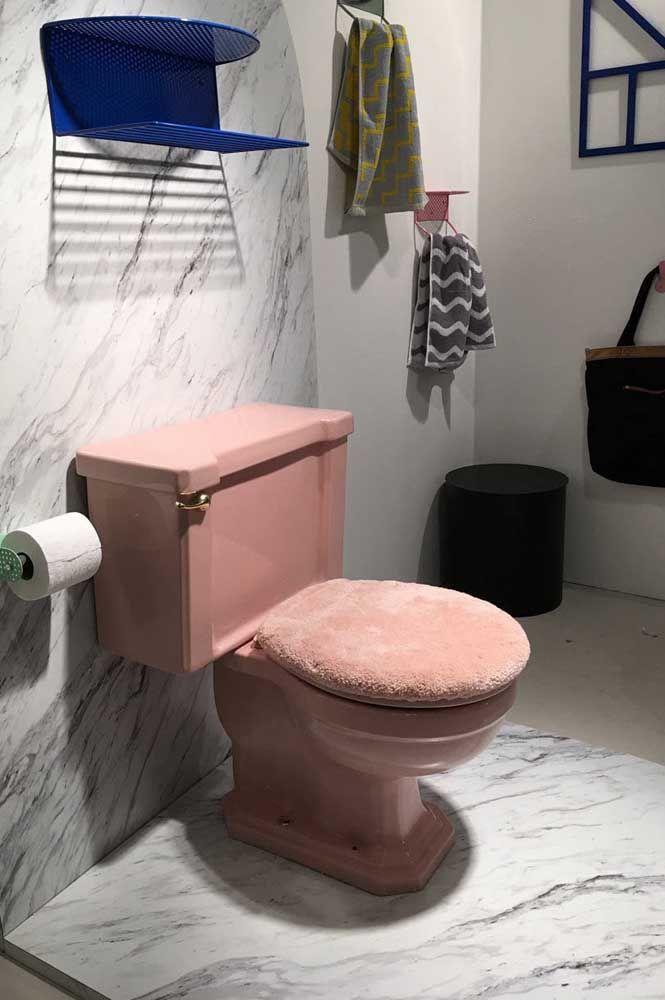 Um toque extra de conforto ao vaso sanitário com uma capa para assento felpuda e macia