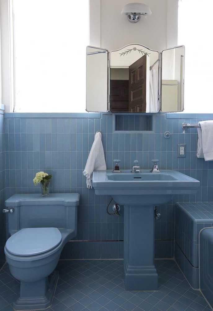 Que tal um modelo de banheiro retrô? Esse aqui apostou nas louças antigas para reavivar o estilo