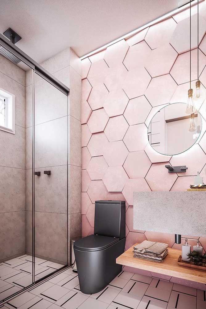 O vaso sanitário moderno fica ainda mais destacado diante da parede com efeito 3D