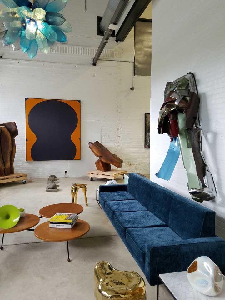 A escultura contemporânea em ferro ficou linda na sala de estar; as chapas foram contorcidas para dar o efeito esperado