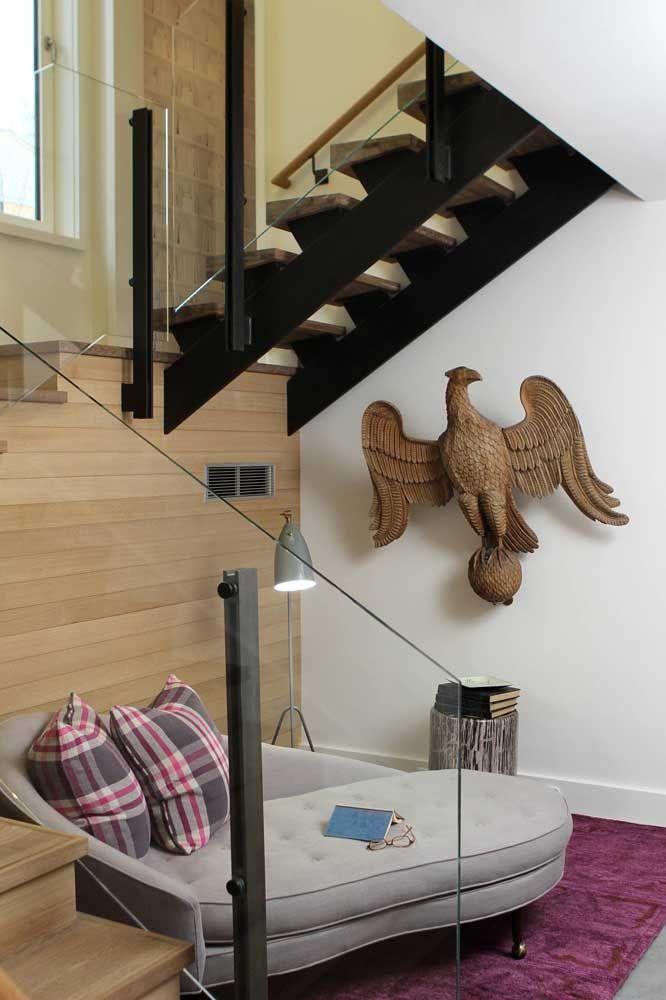 Escultura de parede em madeira ricamente adornada com detalhes talhados à mão