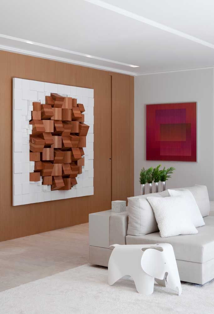 Opção de escultura de madeira com moldura. Esculturas mais pesadas, como neste caso, precisam ser colocadas em paredes reforçadas