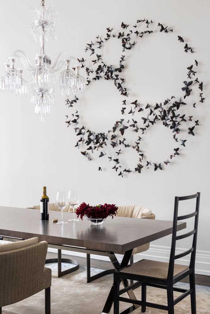 As pequenas borboletas em ferro criaram um espetáculo na escultura de parede