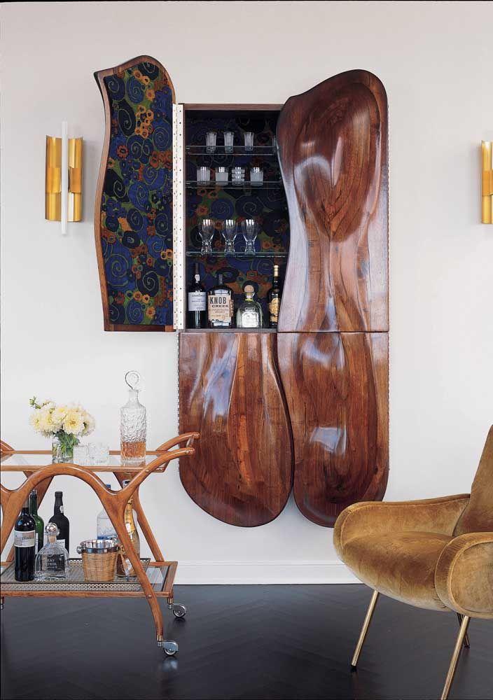 Ideia genial: aqui, a escultura de parede revelou um armário embutido lindíssimo
