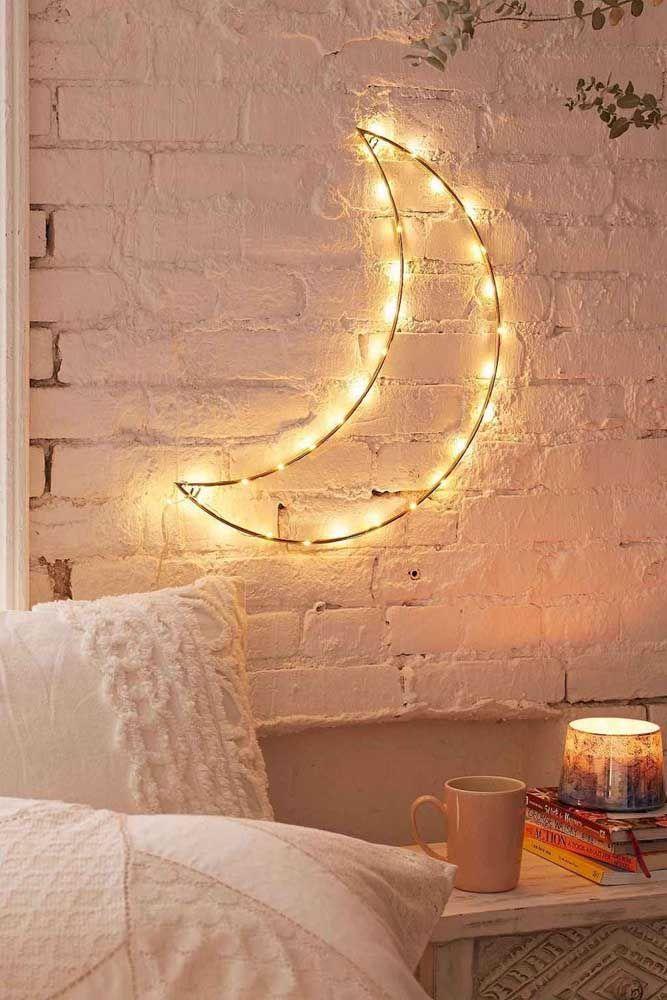 Escultura de parede em ferro; os pontos de LED deixam o ambiente rústico mais acolhedor