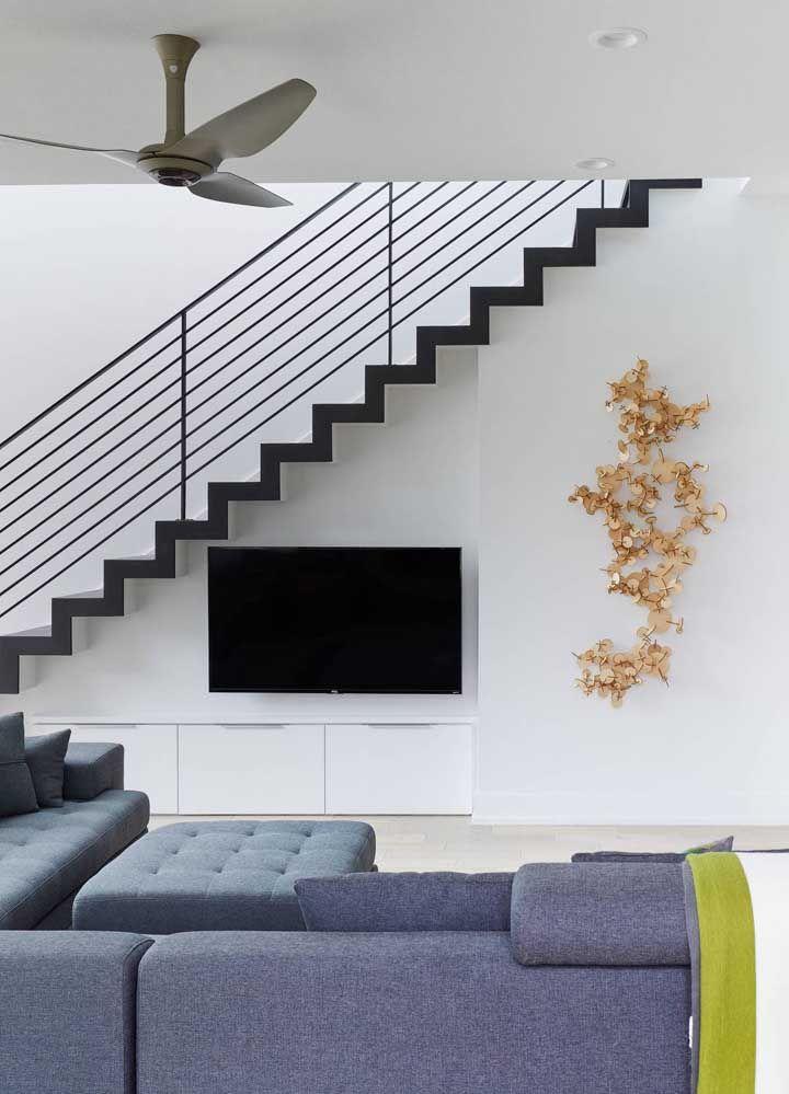 As formas diferentes encantam nas esculturas de parede; essa, por exemplo, uniu a elegância do dourado com a leveza do MDF