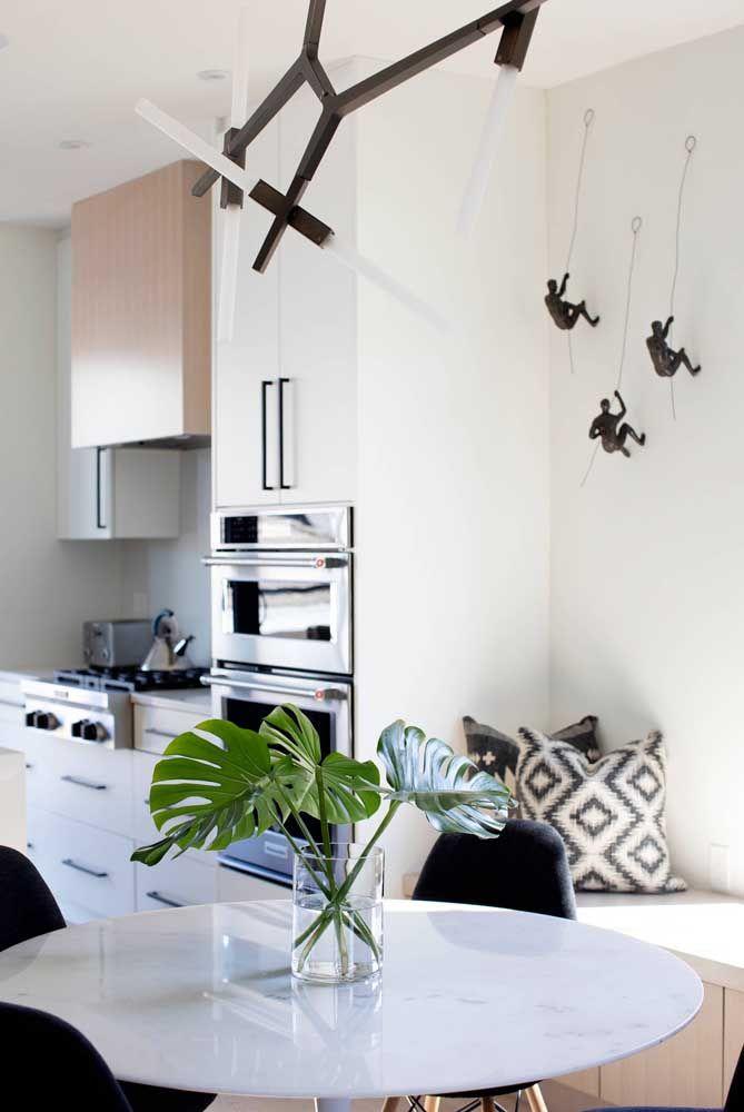 Uma ideia super bacana e divertida de escultura de parede para a cozinha com banco alemão
