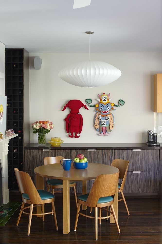 As figuras mitológicas são o destaque dessas esculturas de parede super coloridas