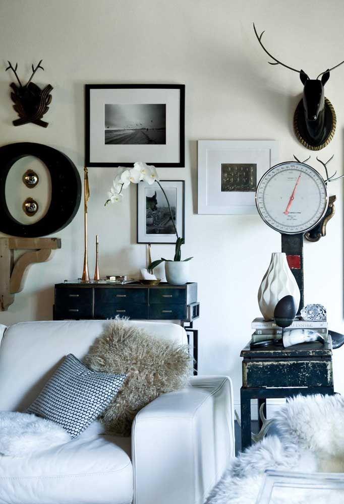 Aqui, as esculturas de parede contracenam com os quadros da sala