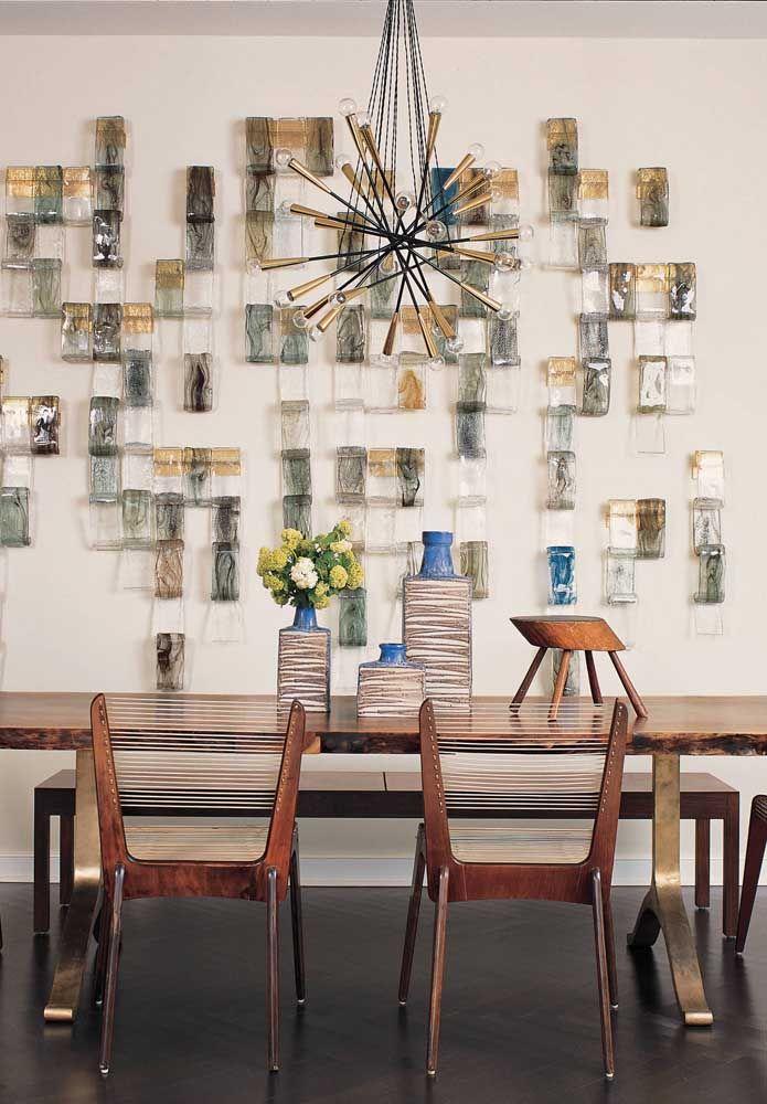 Nessa sala de jantar, a opção foi por pequenos blocos arredondados de vidro