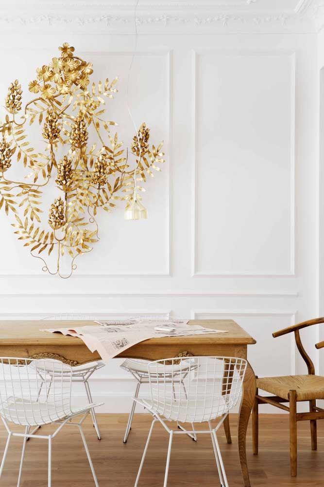 A riqueza dos detalhes dessa escultura de parede fica por conta das folhas trabalhadas e do dourado eleito para sua composição