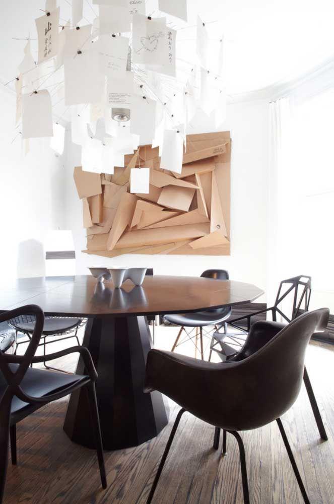 Escultura de parede em MDP com fundo em madeira, formatos e profundidades diferentes