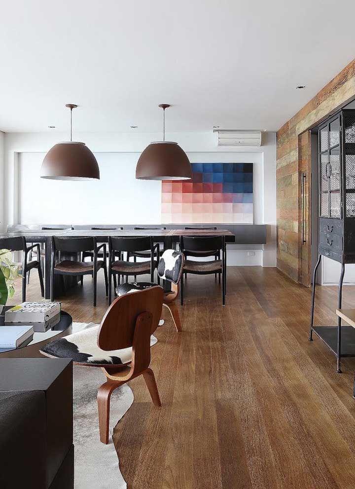 Usar o mesmo piso em toda a sala dois ambientes é um truque para gerar continuidade e uniformidade no espaço, contudo, o tapete marca com precisão o espaço destinado à sala de estar