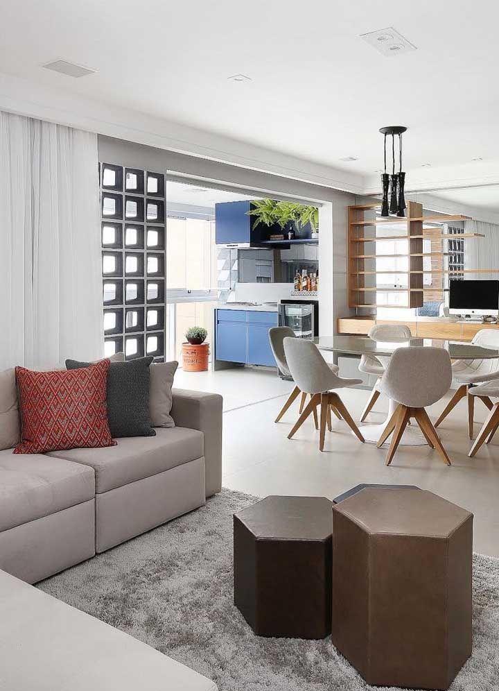 Home Office, sala de jantar e estar no mesmo ambiente; a parede de cobogós marca o inicio da cozinha e a integra parcialmente aos espaços