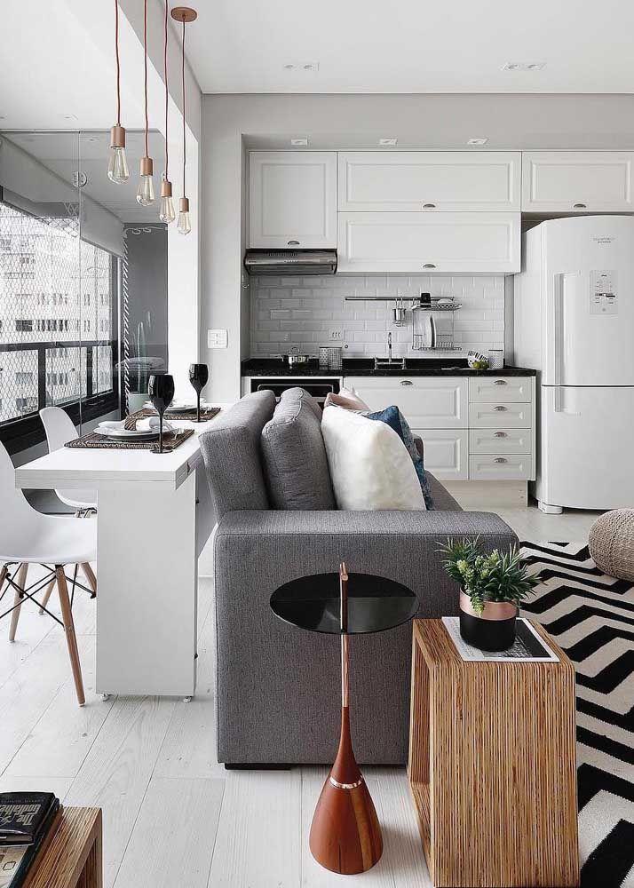 Configuração comum das plantas de casas atuais: balcão de refeição encostado no sofá e sala de estar compartilhada com a cozinha
