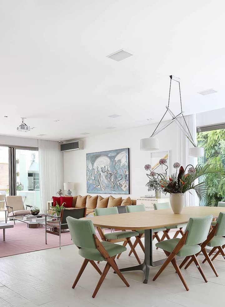 Tons pastéis e iluminação natural em abundância são o destaque dessa decoração de sala dois ambientes