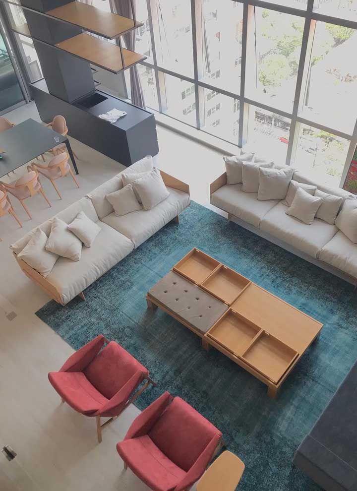 O pé direito duplo valoriza a sala dois ambientes e confere um toque de elegância e sofisticação ainda maior para a decor