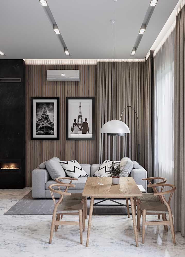 Já aqui, a sala dois ambientes é pequena e acolhedora, decorada pontualmente em cada espaço