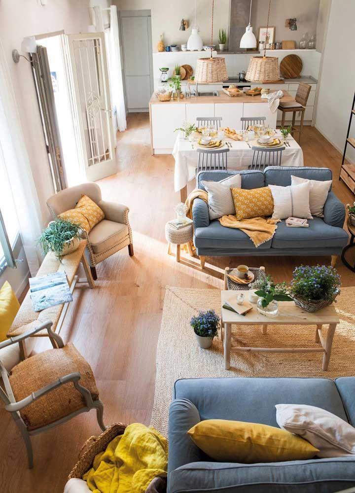 Tons quentes e fibras naturais trazem conforto e acolhimento para a sala dois ambientes